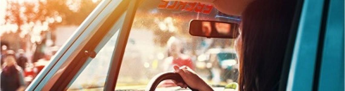 ¿Se puede conducir con audífonos?